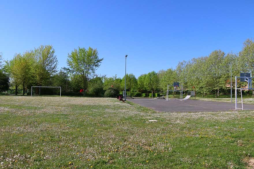 Parc municipal adjacent à la salle des fêtes à Ormes